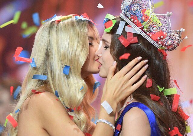 Miss Rússia 2018, Yulia Polyachikhina (à direita), durante a cerimônia de condecoração das finalistas do concurso, em Moscou