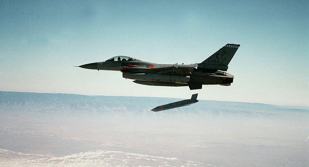 Mísseis de cruzeiro AGM-158 JASSM são lançados dirante as manobras da Força Aérea dos EUA (foto de arquivo)