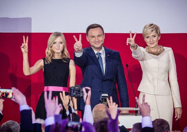 Andrzej Duda, candidato à presidência da Polônia, comemora com sua família após pesquisas de boca de urna indicarem sua vitória sobre o atual governante, Bronislaw Komorowski, com 53% dos votos
