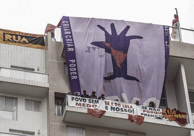 Militantes do MTST e Povo Sem Medo ocupam o tríplex do Guarujá (SP)