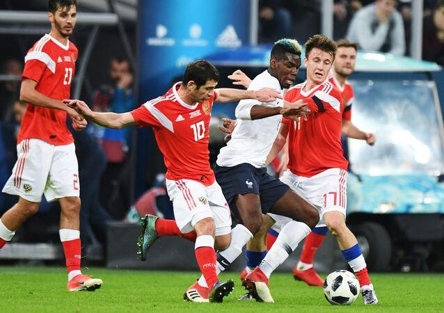 Alan Dzagoyev (Rússia), Paul Pogba (França) e Alexander Golovin (Rússia) durante o amistoso entre Rússia e França.