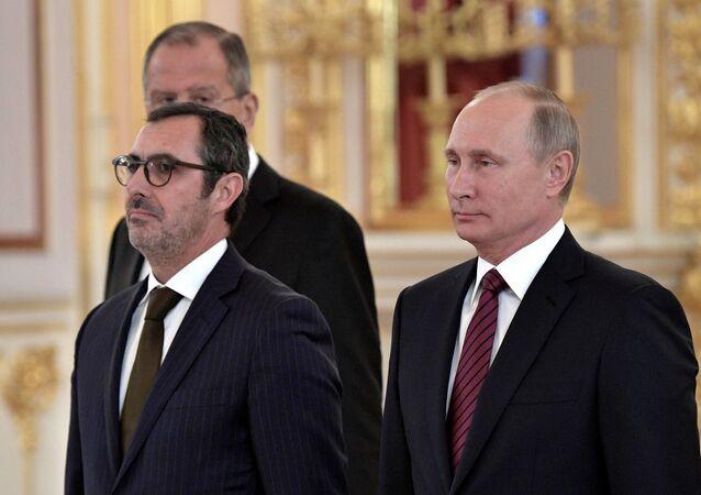 Embaixador de Portugal Paulo Vizeu Pinheiro ao lado do presidente russo Vladimir Putin durante cerimônia de entrega decredenciais diplomáticas.