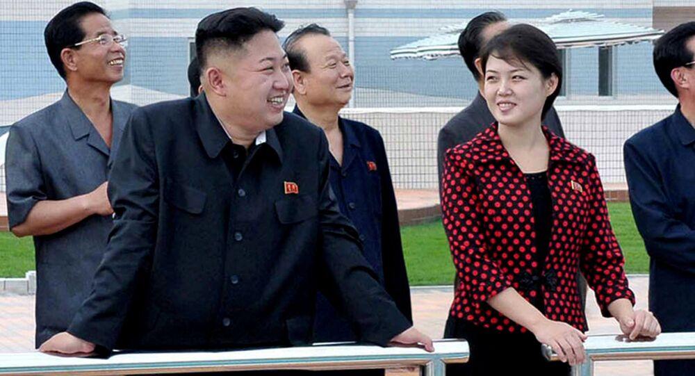 O líder norte-coreano Kim Jong-un acompanhado por sua esposa Ri Sol-ju