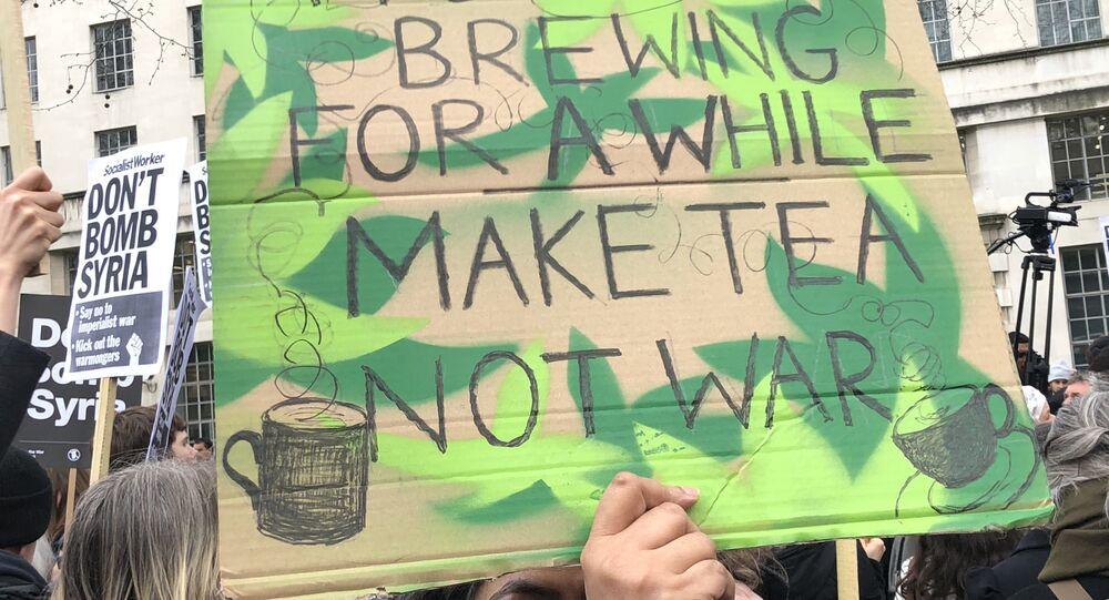 Manifestantes protestam em Londres contra ataques dos EUA, Reino Unido e França à Síria