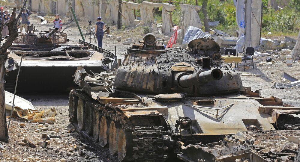 Tanques destruídos em uma estrada na cidade síria de Douma