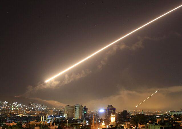 Míssil atravessando o céu sobre Damasco durante o ataque aéreo