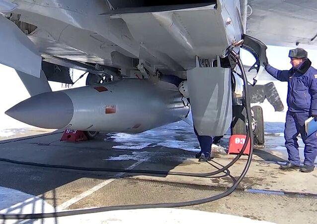 Tripulação do MiG-31 conduz lançamentos do míssil hipersônico Kinzhal