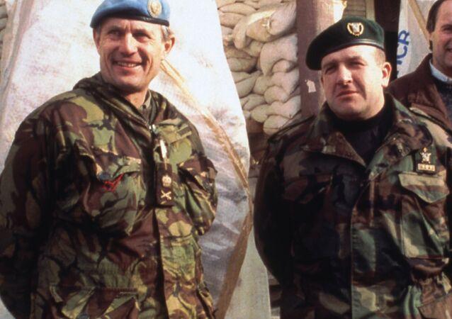 O comandante da ONU para a Bósnia, General Sir Michael Rose (à esquerda) e o General Atif Dudakovic, comandante do 5º Corpo do Exército bósnio (à direita) em frente ao Quartel General do 5º Corpo, em Bihac, antes de um encontro em 28 de dezembro de 1994.