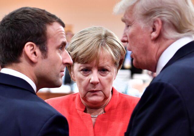 Presidente francês Emmanuel Macron, a chanceler alemã Angela Merkel, e o presidente dos EUA, Donald Trump, durante a cúpula do G20 em Hamburgo, em julho de 2017