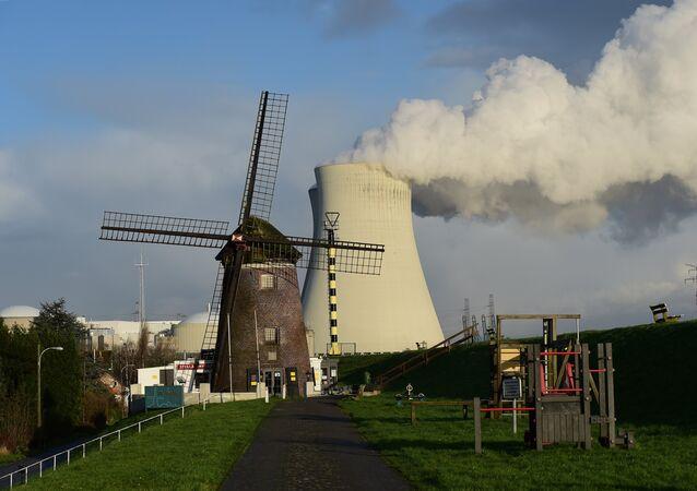 Esta foto tirada em 12 de janeiro de 2016 mostra as torres de resfriamento da usina nuclear de Doel, na Bélgica, emitindo vapor branco e espesso