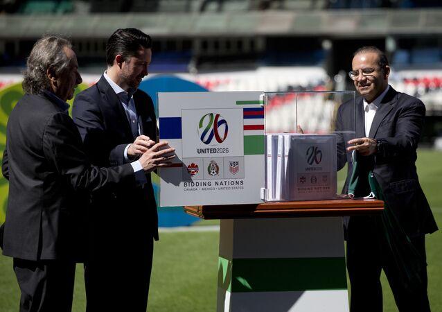 O presidente da Federação Mexicana de Futebol, Décio de Maria, o diretor da candidatura do México à Copa do México, Yon de Luisa, e o secretário do Interior mexicano, Alfonso Navarrete Prida em evento de divulgação da candidatura conjunta com EUA e Canadá à Copa do Mundo de 2026.