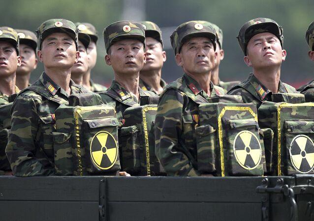 Soldados norte-coreanos olham para seu líder Kim Jong-un
