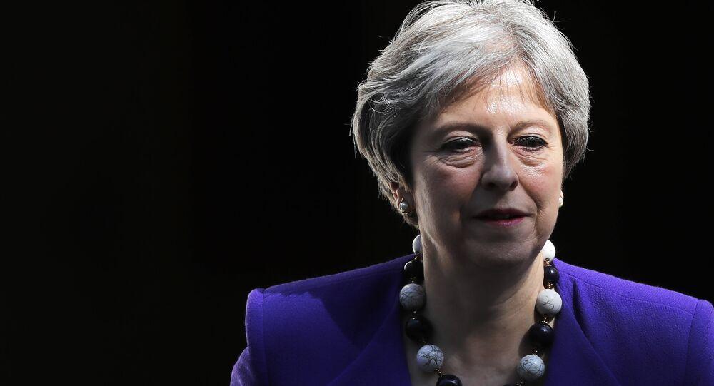 A primeira-ministra britânica Theresa May deixa a 10 Downing Street, no centro de Londres, em 18 de abril de 2018, enquanto se dirige à sessão semanal do Primeiro-Ministro na Câmara dos Comuns.