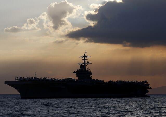 Porta-aviões norte-americano Theodore Roosevelt no mar do Sul da China