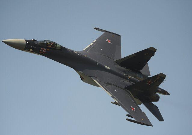 Caça russo Su-35 se apresentando no Dia da Força Aérea na cidade russa de Lipetsk
