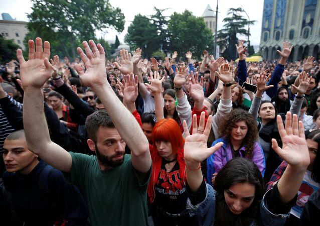 Manifestantes exigem saída do primeiro-ministro na Geórgia na capital Tbilisi.