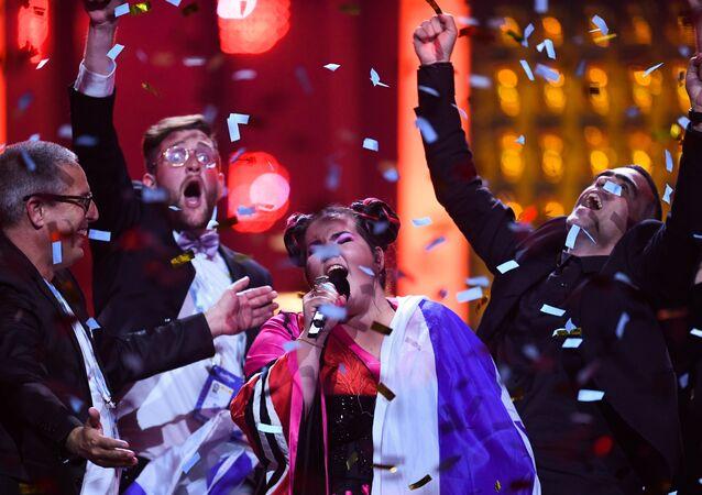 A cantora israelense Netta Barzilai comemora o título do Festival Eurovisão da Canção de 2018, realizado em Lisboa