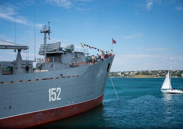 Um dos navios militares durante a comemoração dedicada ao 235º aniversário da Frota do Mar Negro