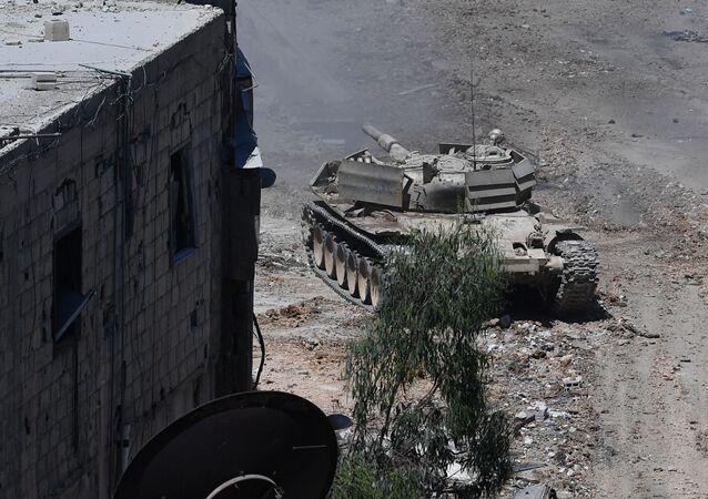 Tanque do exército das Forças Armadas da Síria durante ataque a posições dos militantes da organização terrorista Daesh nos subúrbios de Damasco