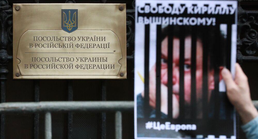 Ação de apoio ao jornalista Kirill Vyshinsky perto da embaixada da Ucrânia em Moscou