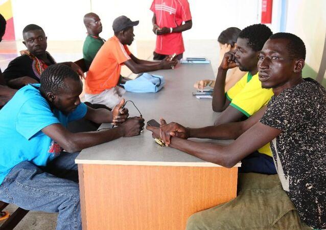 Imigrantes africanos resgatados no Maranhão recebendo atendimento na área de saúde e documentação