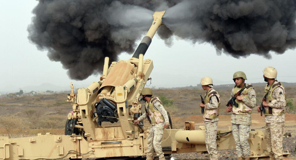 Artilharia do Exército saudita dispara contra o Iêmen a partir de um posto perto da fronteira saudita-iemenita, no sudoeste do país (arquivo)