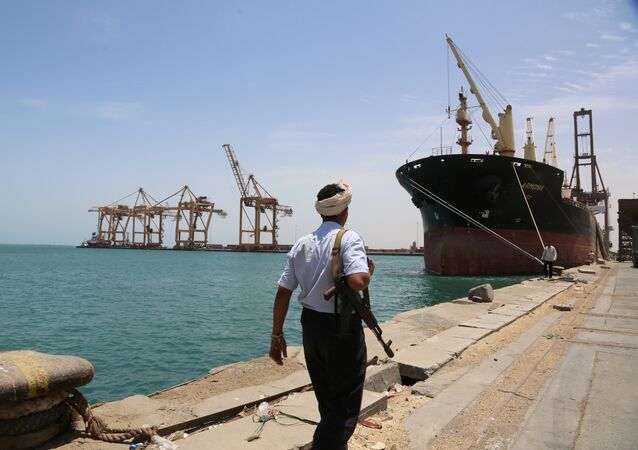Soldado passeando pelo porto de Hodeidah no mar Vermelho, Iêmen