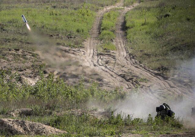 Militar ucraniano lançando míssil antitanque Javelin durante os primeiros testes dos complexos adquiridos dos EUA