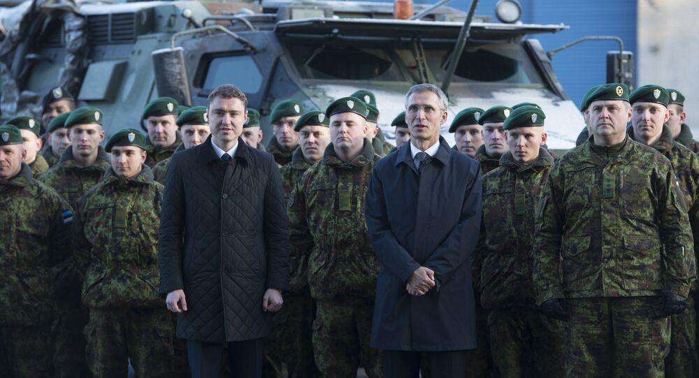 Primeiro-ministro estoniano, Taavi Roivas (esquerda), e o secretário-geral da OTAN, Jens Stoltenberg (direita) após ter acordado a presença da Aliança Atlântica na base aérea de Amari, na Estônia, em novembro de 2014.