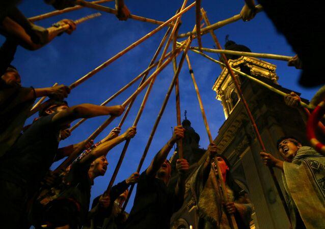 Ativistas indígenas mapuches levantam seus bastões durante manifestação para exigir justiça a presos indígenas Mapuche, bem como por seus direitos indígenas e terras para suas comunidades em Santiago, Chile (foto de arquivo)