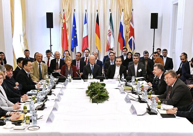 Secretário Geral do Serviço de Ação Externa da União Européia (SEAE) Helga Schmid, Diretora Geral da Agência Internacional de Energia Atômica AIEA, Yukiya Amano e deputado político do Ministério das Relações Exteriores do Irã Abbas Araghchi participam de uma reunião especial da Comissão Conjunta de Partes ao JCPOA sobre o acordo nuclear do Irã no palácio Coburg em Viena, Áustria, em 25 de maio de 2018