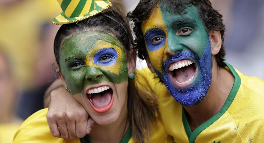 Torcedores brasileiros comemoram vitória da seleção