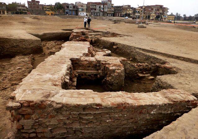 Seção de uma estrutura de tijolo greco-romana descoberta no campo arqueológico de Sa el-Hagar, ao norte do Cairo