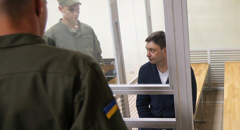 Jornalista russo e chefe do portal RIA Novosti Ucrânia, Kirill Vyshinsky, no tribunal de Kherso