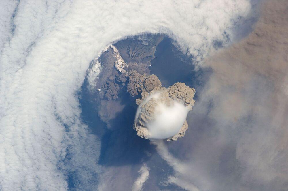 Erupção do vulcão Sarychev nas Ilhas Curilas, no Extremo Oriente russo