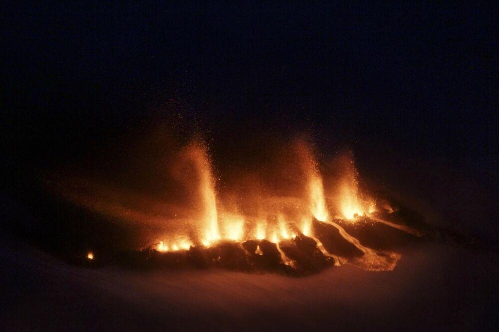 Imagem da lava fundida perto da geleira Eyjafjallajokull na Islândia
