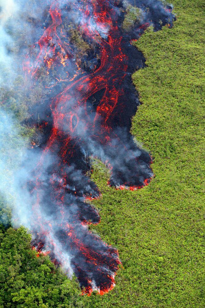 Vista aérea da lava produzida pelo vulcão Piton de la Fournaise que se encontra na parte oriental da ilha de Reunião, no oceano Índico