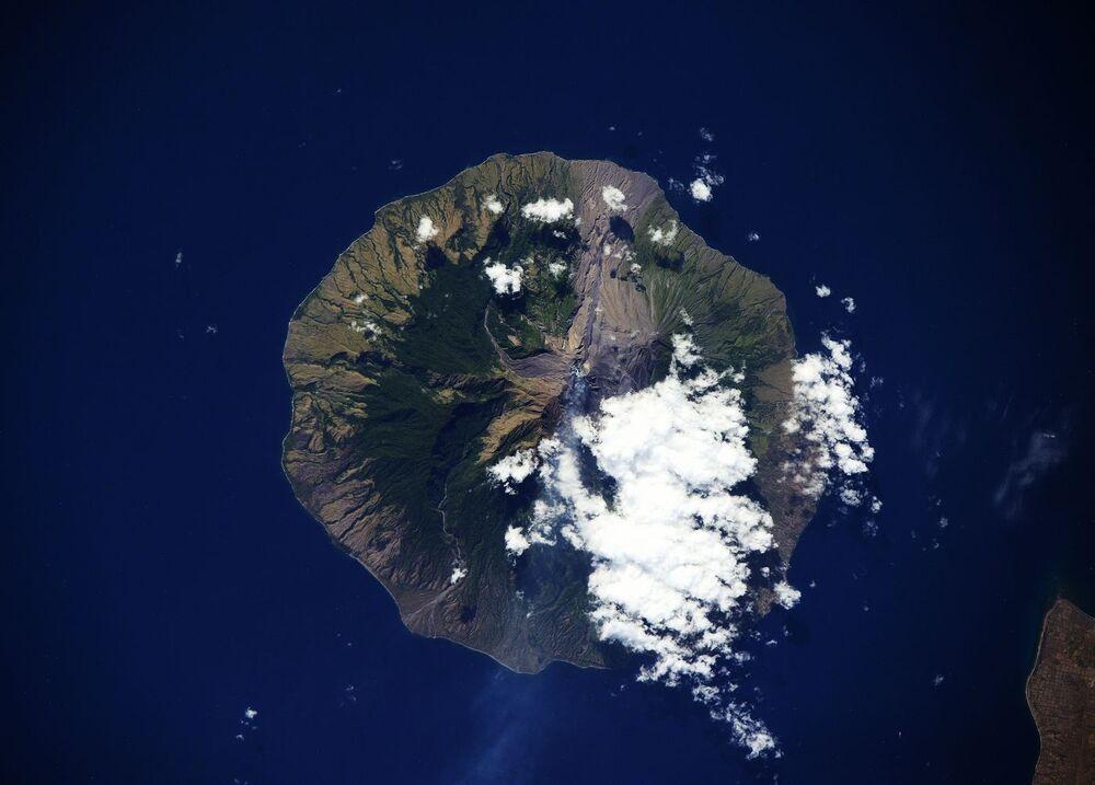 Tirada do céu, a imagem mostra erupção de um vulcão na Indonésia