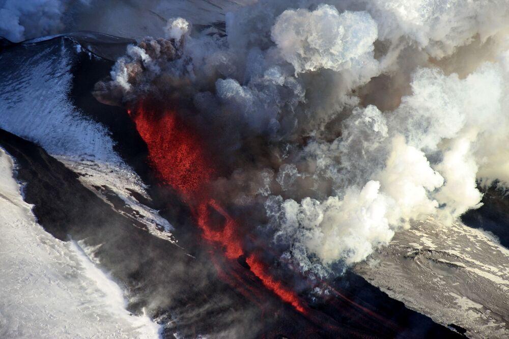 Erupção do vulcão Tolbachik na península de Kamchatka, Rússia