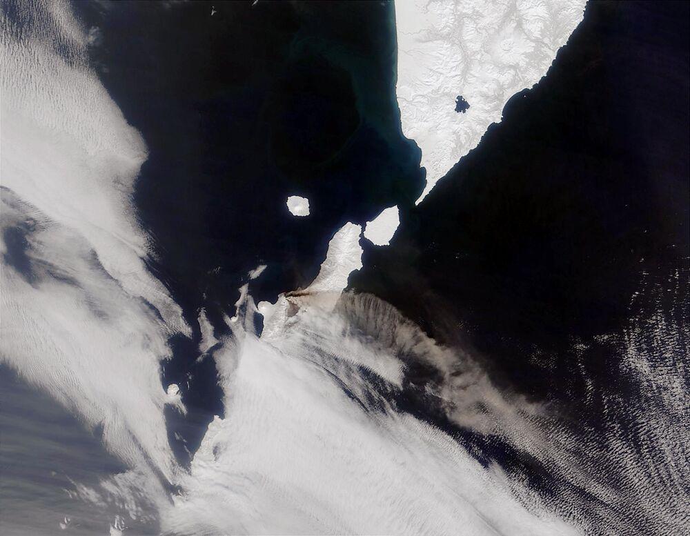 Imagem recebida de satélite do vulcão russo Chikurachki, localizado na península de Kamchatka