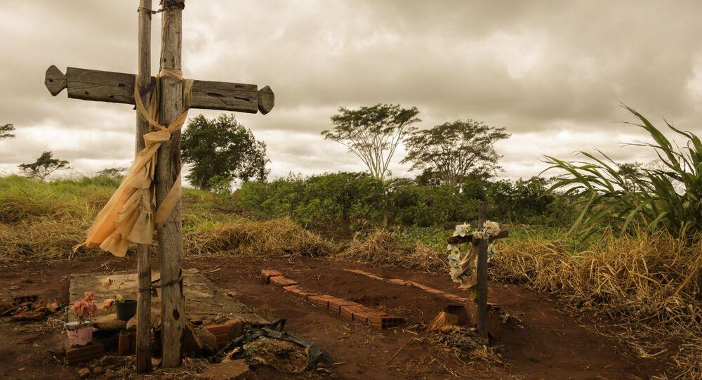 Túmulo dos indígenas Clodiodi Aquileu Rodrigues de Souza e Denilson Barbosa, em Caarapó.
