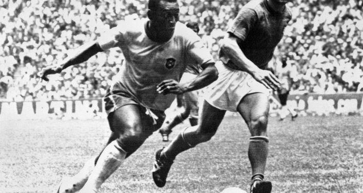 O meia Pelé dribla o zagueiro italiano Tarcisio Burgnich durante a final da Copa do Mundo, em 21 de junho de 1970, na Cidade do México. Pelé marcou o primeiro gol do time, que venceu a Itália por 4 a 1 e conquistou seu terceiro título mundial depois de 1958 (na Suécia) e 1962 (no Chile).
