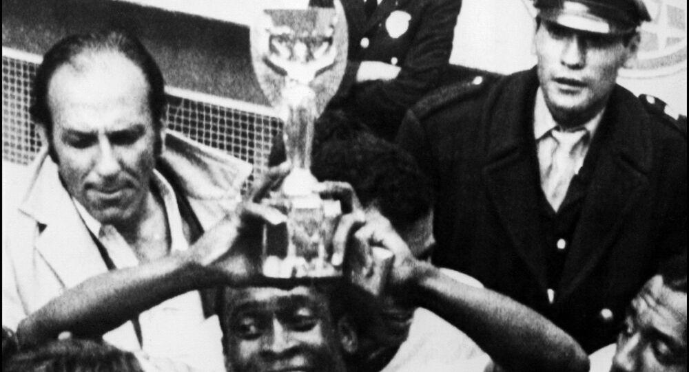 Pelé levanta a Taça Jules Rimet depois da vitória do Brasil sobre a Itália por 4 a 1 na final da Copa do Mundo, em 21 de junho de 1970, na Cidade do México.