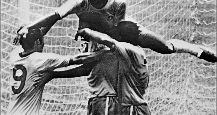 Pelé comemora com seus colegas de equipe Tostao, Carlos Alberto e Jairzinho durante a final da Copa do Mundo entre Brasil e Itália.
