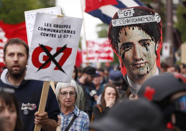 Manifestantes anti-G7 se reúnem para uma manifestação na cidade de Quebec, às vésperas da Cúpula do G7.