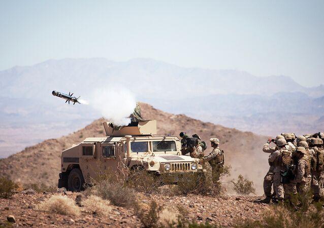 Soldados disparam mísseis TOW, Javelin.