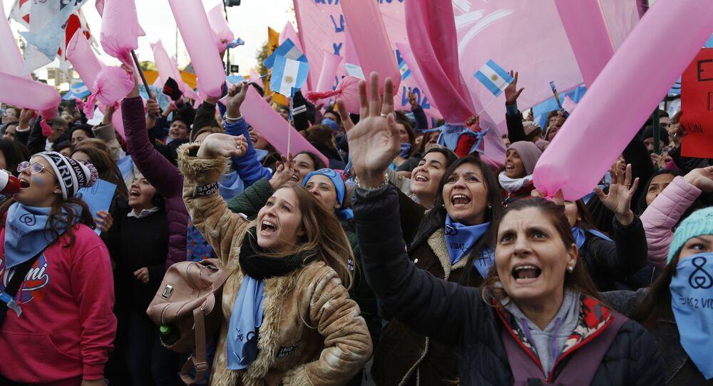 Mulheres se manifestam a favor da legalização do aborto