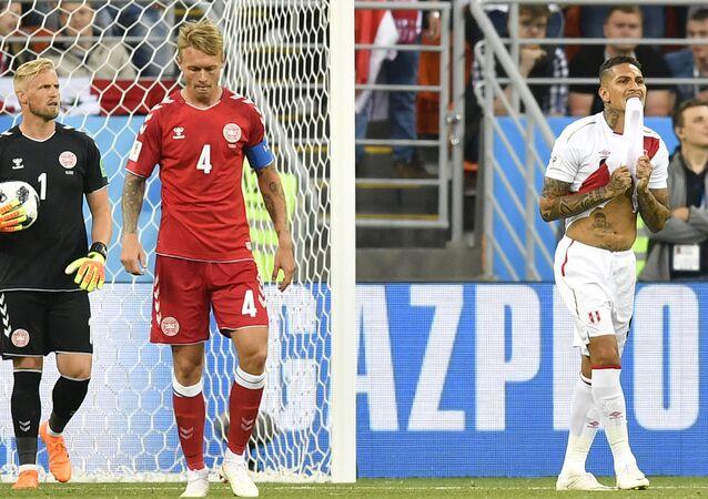 Paolo Guerrero lamenta chance perdida em jogo entre Peru e Dinamarca na Copa do Mundo da Rússia.