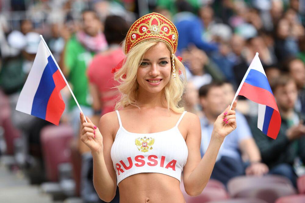 Jovem russa torcendo pela Seleção no jogo com a Arábia Saudita.