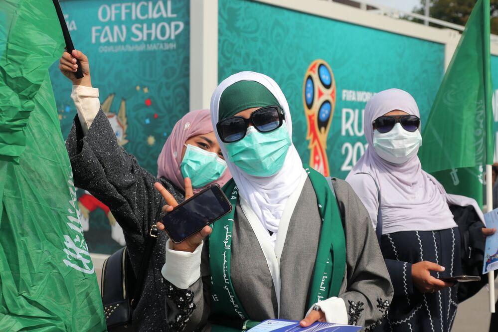 Torcedoras da Arábia Saudita apoiando a seleção no jogo contra a Rússia.